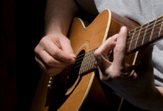 Los establecimientos con licencia de bar, restaurante  o cafetería, podrán ofrecer música en vivo amplificada a sus clientes.